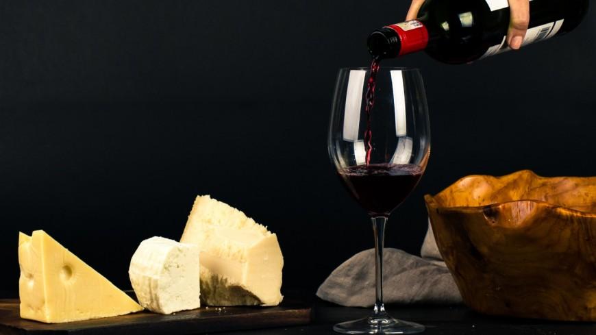 Manger du fromage et boire du vin serait bénéfique pour le cerveau