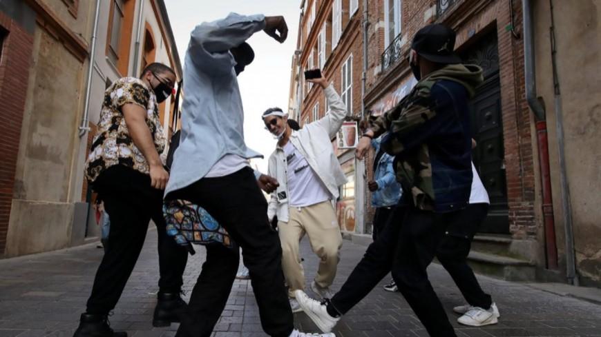 Discothèques fermées : un homme descend dans les rues faire danser les passants  (vidéo)