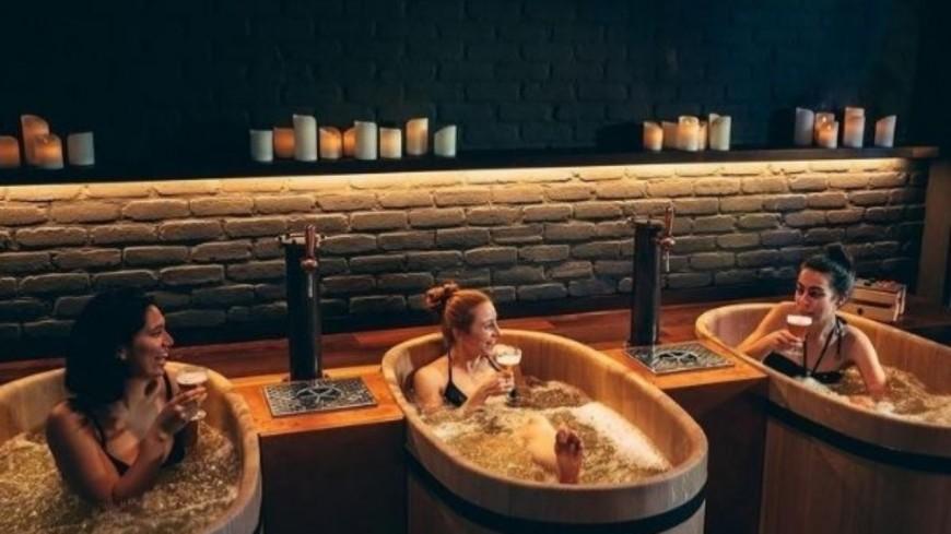 Découvrez le spa où on se détend dans les bains à bière !