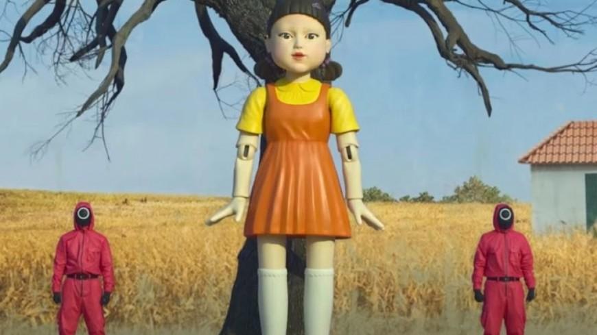 """La poupée de la série """"Squid Game"""" installée dans la rue pour les piétons traversant au rouge !"""